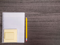 Стол, спиральная тетрадь, липкие примечания, карандаш Стоковые Фото