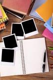 Стол студента колледжа с пустой вертикалью фотоальбома Стоковые Изображения