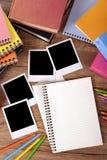 Стол студента колледжа с пустым фотоальбомом, взгляд сверху Стоковые Изображения RF