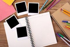Стол студента колледжа с пустым фотоальбомом Стоковое фото RF