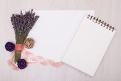 Стол с насмешкой взгляд сверху лаванды цветков вверх Раскройте sketchbook Тетрадь Стоковые Фото