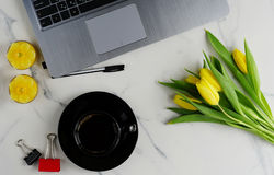 Стол таблицы офиса женственный Стоковые Фото