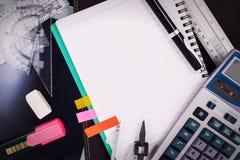 Стол таблицы офиса с комплектом поставек канцелярских принадлежностей или математики офиса Стоковая Фотография