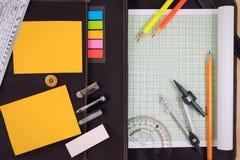 Стол таблицы офиса с комплектом поставек канцелярских принадлежностей или математики офиса Стоковые Изображения