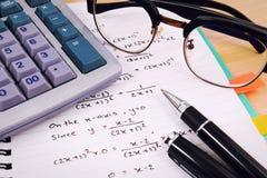 Стол таблицы офиса с комплектом поставек канцелярских принадлежностей или математики офиса Стоковое фото RF