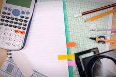 Стол таблицы офиса с комплектом поставек канцелярских принадлежностей или математики офиса Стоковое Фото