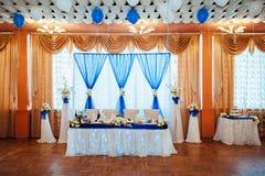 Стол для почетных гостей для новобрачных на зале свадьбы Стоковые Изображения RF