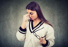 Страдание дискомфорта женщины чувствуя от усталости глаз, боли или головной боли стоковая фотография rf