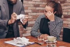 Страдание женщины от стресса из-за сердитого человека стоковое фото