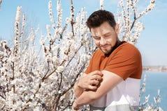 Страдание человека от сезонной аллергии outdoors стоковые изображения rf