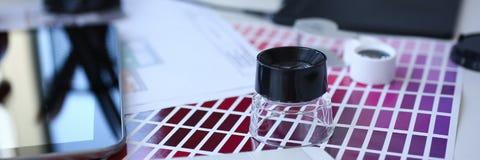 Страница бумаги печати теста с fantail и лупой дизайна теста цвета стоковая фотография