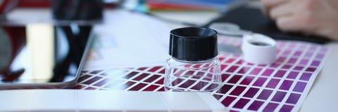 Страница бумаги печати теста с fantail и лупой дизайна теста цвета стоковая фотография rf