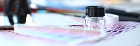 Страница бумаги печати теста с fantail и лупой дизайна теста цвета стоковое фото