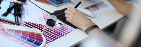 Страница бумаги печати теста с fantail и лупой дизайна теста цвета стоковое изображение rf