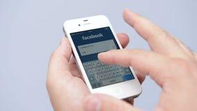 Страница имени пользователя Facebook на белом дисплее iPhone видеоматериал