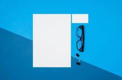 Страница или кассета модель-макета пустая на красочном взгляд сверху предпосылки Стоковое Фото