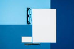 Страница или кассета модель-макета пустая на красочном взгляд сверху предпосылки Стоковые Фото