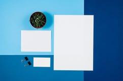 Страница или кассета модель-макета пустая на красочном взгляд сверху предпосылки Стоковая Фотография RF