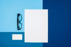 Страница или кассета модель-макета пустая на красочном взгляд сверху предпосылки Стоковая Фотография
