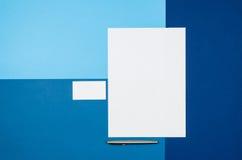 Страница или кассета модель-макета пустая на красочном взгляд сверху предпосылки Стоковое Изображение RF
