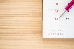 Страница календаря с пунктом ручки на 25th дате стоковые фотографии rf