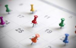 Страница календаря с чертеж-штырями, стоковое изображение