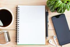 Страница книги дневника пустая на деревянном столе на верхней части Стоковые Изображения RF