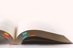 Страница книги с липким примечанием на белой предпосылке Стоковое Изображение