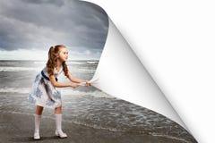 Страница маленькой девочки поворачивая Стоковые Изображения RF