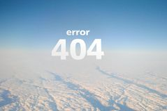 Страница 404 ошибки для взгляда от воздушных судн, белизны вебсайта, неба и облаков помечает буквами ` ошибки 404 ` надписи _ Стоковые Изображения RF