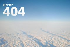 Страница 404 ошибки для взгляда от воздушных судн, белизны вебсайта, неба и облаков помечает буквами ` ошибки 404 ` надписи _ Стоковое Фото