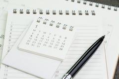 Страница плановика календаря на списке тетради с ручкой используя как remin Стоковое фото RF