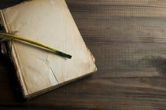 Страница старой книги пустая и ручка пера Стоковая Фотография