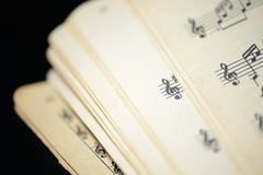 Страница старой музыкальной тетради на темной предпосылке Стоковое Фото