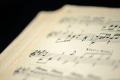 Страница старой музыкальной тетради Стоковые Фотографии RF