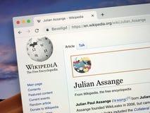 Страница Wikipedia об юлианском Assange стоковые фотографии rf