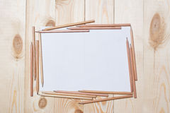 Страницы альбома с карандашами для рисовать на таблице Стоковая Фотография