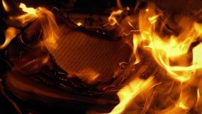 Страницы книги горят и летают в ветер