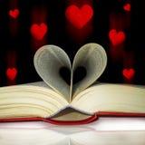Страницы книги изогнули в сердце Стоковая Фотография RF