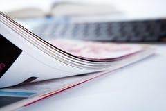 Страницы конца-вверх журнала и клавиатуры Стоковая Фотография