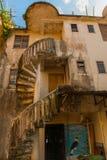 Странное и старое, старое здание с винтовой лестницей Саравак Борнео Малайзия Kuching Стоковая Фотография RF