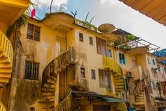 Странное и старое, старое здание с винтовой лестницей Саравак Борнео Малайзия Kuching Стоковые Изображения RF