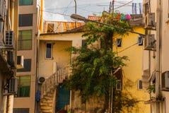 Странное и старое, старое здание с винтовой лестницей Саравак Борнео Малайзия Kuching Стоковое Фото