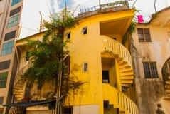Странное и старое, старое здание с винтовой лестницей Саравак Борнео Малайзия Kuching Стоковая Фотография