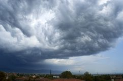Странные облака asperatus в небе стоковое изображение
