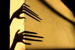 Странные тени на стене Ужасные тени стоковые фото