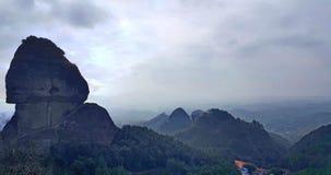 Странный дизайн горы, делая людей покраснеть стоковая фотография