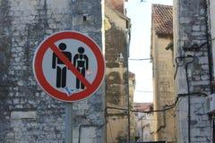 Странный дорожный знак в разделении Стоковая Фотография RF
