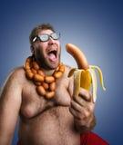 Странный человек с сосисками Стоковые Фотографии RF