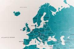 Страны Европы на карте мира с красочными штырями стоковое изображение rf